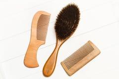 Dois pentes de madeira e uma escova de cabelo Fotos de Stock Royalty Free