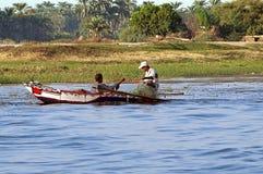 Dois pescadores estão em um bote no Nile River, Egito imagem de stock royalty free
