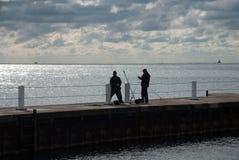 Dois pescadores na costa do Lago Michigan no por do sol, Chicago, Fotografia de Stock