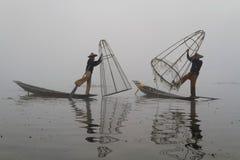 Dois pescadores na névoa Imagens de Stock