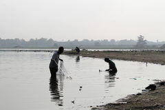 Dois pescadores no lago Taungthaman na manhã fotos de stock royalty free