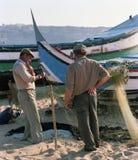 Dois pescadores perto dos barcos em uma vila pequena de Portugal nos anos 80 foto de stock royalty free