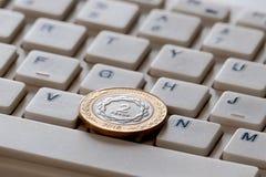 Dois pesos do ouro e da prata no close-up do teclado Com?rcio no Internet Fundo Cryptocurrency imagens de stock royalty free