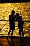 Dois pessoas do crepúsculo estão em Osanbashi fotos de stock royalty free