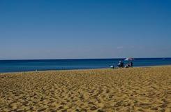 Dois pessoas que apreciam o mar no dia ensolarado imagem de stock