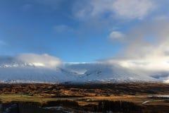 Dois picos de montanha nas montanhas escocesas fotografia de stock royalty free