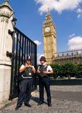 DOIS POLICEMANS, LONDRES - AGOSTO 11 fotografia de stock