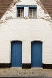 Dois porta de madeira azul - Bruges, Bélgica. fotos de stock royalty free