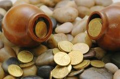 Dois potenciômetros com moedas Foto de Stock