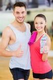 Dois povos de sorriso no gym Fotografia de Stock Royalty Free