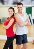 Dois povos de sorriso no gym Foto de Stock Royalty Free