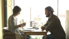Dois povos estão discutindo o esboço ou projetam o assento no café filme