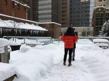 Dois povos irreconhecíveis estão apreciando o canadense Queda de neve pesada em Calgary, Alberta, Canadá fotografia de stock