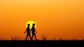 Dois povos no amor no por do sol Fotos de Stock Royalty Free