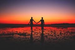 Dois povos no amor que andam na praia Imagens de Stock