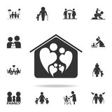 dois povos no amor que forma o símbolo do coração no ícone home Grupo detalhado de ícones humanos da parte do corpo Projeto gráfi Imagem de Stock Royalty Free