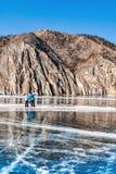 Dois povos no gelo Gelo da fotografia reflexão e quebras no Imagem de Stock