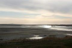 Dois povos que andam um banco de areia entre Terschelling e Vlieland Fotos de Stock Royalty Free