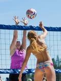Dois povos que jogam na rede em um jogo de voleibol Foto de Stock Royalty Free
