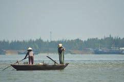 Dois povos que pescam de um tradtionalboat em Vietname Fotografia de Stock Royalty Free