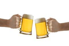 Dois povos que prendem um vidro de cerveja imagem de stock royalty free