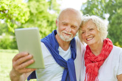 Dois povos superiores que tomam o selfie com PC da tabuleta fotografia de stock royalty free