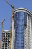 Dois prédios sob a construção e os guindastes foto de stock royalty free