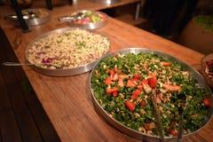 Dois pratos da salada em uma tabela de madeira Imagem de Stock Royalty Free