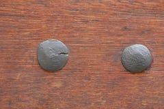 Dois pregos retros em uma textura de madeira Imagem de Stock