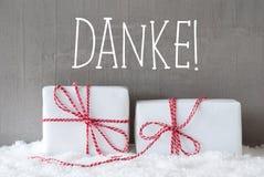 Dois presentes com neve, meios de Danke agradecem-lhe Imagens de Stock