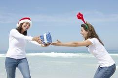 Dois presentes de Natal das mulheres ao ar livre Imagens de Stock