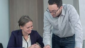 Dois professores estão falando no salão da escola a sua lição seguinte junto Imagens de Stock