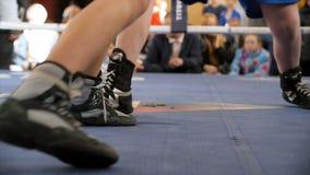 Dois pugilistas lutam no anel de encaixotamento em shoeses do encaixotamento Baixa seção do pugilista masculino que está contra o fotos de stock royalty free
