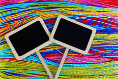 Dois quadros-negros pequenos com fundo colorido Foto de Stock