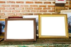 dois quadros velhos da foto na tabela de madeira Fotografia de Stock Royalty Free