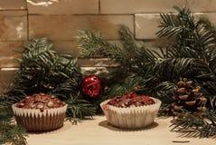 Dois queques do chocolate e um sino vermelho fotografia de stock royalty free