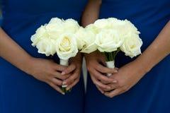 Dois ramalhetes do casamento da preensão das damas de honra Fotos de Stock Royalty Free