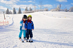 Dois rapazes pequenos bonitos, irmãos, esquiando em um dia ensolarado Fotografia de Stock Royalty Free
