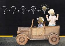 Dois rapazes pequenos estão pintando com giz em uma administração da escola Imagens de Stock Royalty Free
