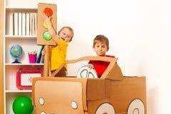 Dois rapazes pequenos que estudam regras da estrada com luz do brinquedo Foto de Stock Royalty Free