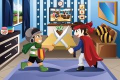 Dois rapazes pequenos que jogam com espadas Fotografia de Stock