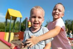 Dois rapazes pequenos que jogam junto e que têm o divertimento fotografia de stock royalty free