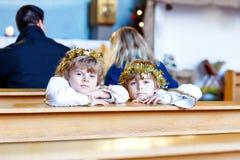 Dois rapazes pequenos que jogam um anjo da história do Natal na igreja Imagens de Stock Royalty Free