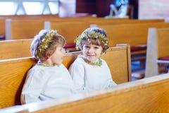 Dois rapazes pequenos que jogam um anjo da história do Natal na igreja Imagem de Stock Royalty Free