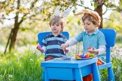 Dois rapazes pequenos que vestem as orelhas do coelhinho da Páscoa Fotos de Stock Royalty Free