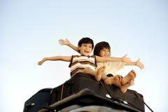 Dois rapazes pequenos que viajam em sacos Foto de Stock