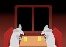 Dois ratos estão bebendo a cerveja Fotos de Stock