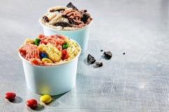 Dois recipientes da sobremesa enchidos com o gelado saboroso Imagens de Stock