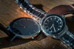 Dois relógios de pulso clássicos na madeira fotos de stock