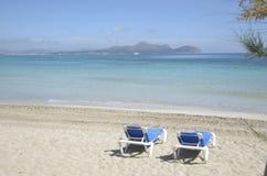 Dois relaxam cadeiras em uma parte dianteira da praia Imagens de Stock Royalty Free